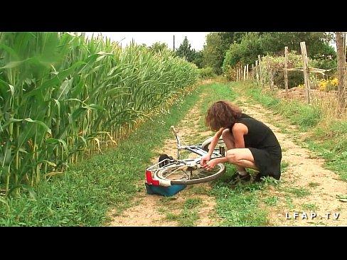 Taranca Se Plimba Cu Bicicleta Pe Un Camp Si O Fute Un Paznic