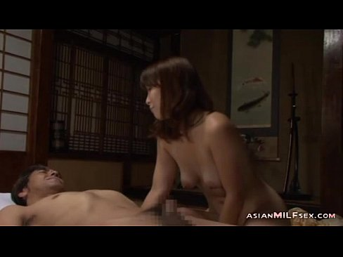 【熟女エロ動画】夫に内緒で義父を絡み合う美乳&美尻の美熟女。肉厚マンコや、優しい手コキでザーメンを搾り取る。
