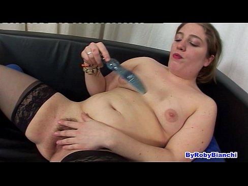 Giovane italiana si masturba prima di farsi aprire il culo...