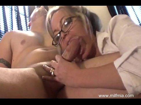 Чувак снимает на камеру секс со своей зрелой подругой блондинкой