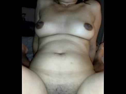 La cachonda de mi esposa disfrutando que le meta la verga por el culo hasta el fondo