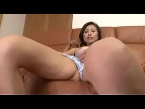 【巨にゅうのオナニー動画】綺麗な五十路熟女が股をパックリ開いてローターでアソコを刺激してオナニー!