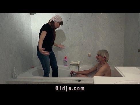 Старик трахает молодую девушку