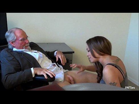 Chupando e sentando na rola do professor