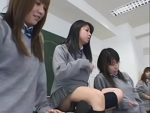 JKの顔面騎乗無料syukan動画。痴女なJK達が集まる顔面騎乗大会