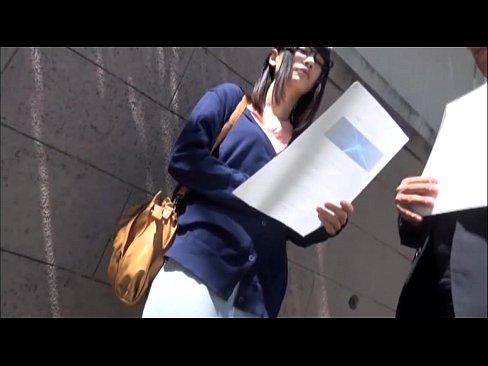 就活中の地味メガネっ娘を手マンローター責め!【素人無料動画】