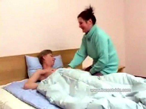 Sa mere rentre nue en bas noirs dnas son lit pour le sucer et se faire mettre par son fils