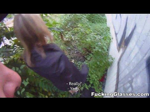 Novinha Cheia De Tesão Libera A Bucetinha Molhada No Meio Do Mato Para Amigos