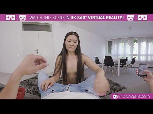 Novinha asiatica da prazer ao amigo