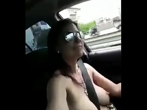 LA CHICA QUE MANEJA EN TOPLESS
