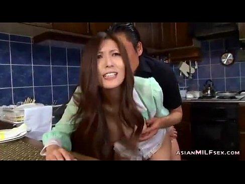 熟女のレイプ無料jukujyo動画。隣人の男に弱みを握られ旦那が家にいる状況で凌辱レイプされる美熟女…喘ぎ声を必死に押し殺してひたすら他人棒に犯される…