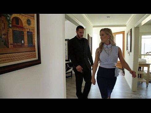 Marido Traindo Sua Esposa Com A Corretora Loira