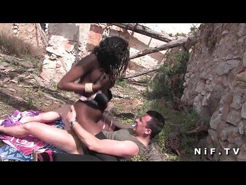 На открытом воздухе парень трахает в жопу сисястую чернокожую француженку