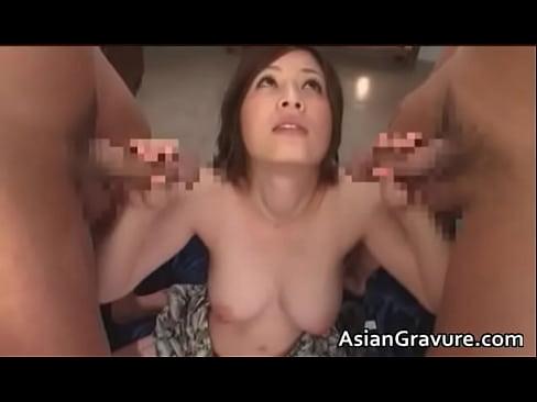 【奥田咲】巨乳ちゃんが初めての3Pで両側からビラビラを広げられて・・・!