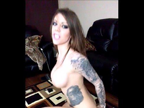 La puta tetona se masturba bien caliente y se monta en la verga de su burro mecánico