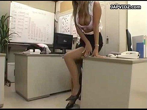 同僚が寝ている目の前で、上司とHな事をする巨乳の黒ギャルOL。