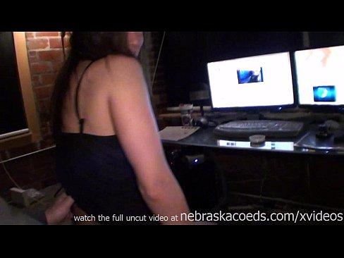 Голые азиатки трясут грудь видео фото 195-904