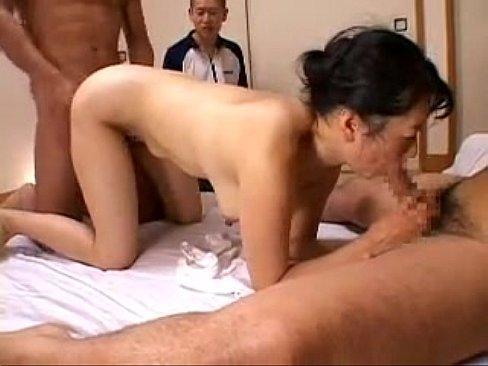 輪姦プレイで凄まじく感じる50代っぽいオバサン!/