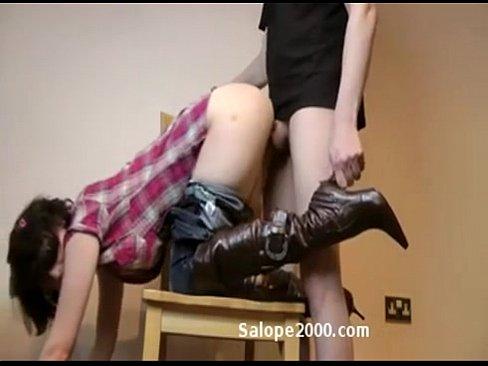 Экстремальный секс с брюнеткой на стуле