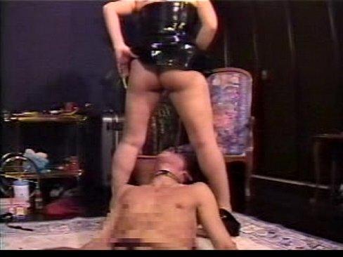 目隠しされたドエム男を女王様がキチク指導。鞭でシバきあげあと、ガン面に放尿ぶっかけ。