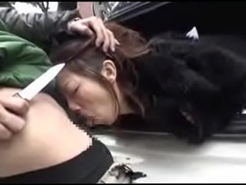 車内に連れ込まれ拘束された女子校生をナイフで脅し、肉棒を咥えさせるイラマチオ調教。