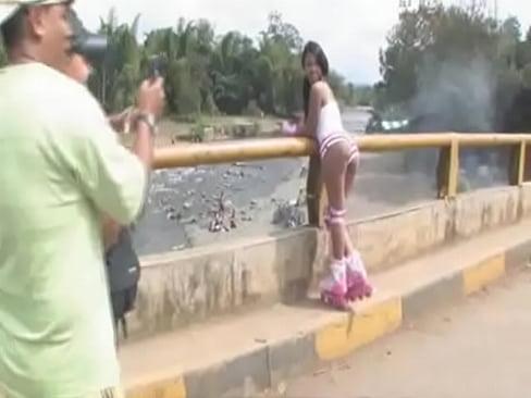 selvatica peruana Charapita Goza con Turista en Fiesta de San Juan