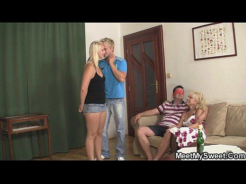 Juegos sexuales entre una deliciosa muchachita y una caliente pareja madura