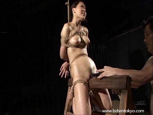 緊縛した巨乳美女を三角木馬に乗せ鬼畜SM調教。おっぱいに大量の洗濯バサミを付ける…