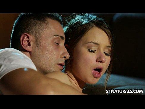 Нежный секс с юной брюнеткой