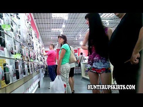 Curva Imbracata Doar Intr-O Fustita Umbla In Pizda Goala Prin Supermarket