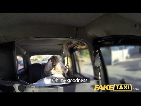 Transando no taxi após fuga do seu casamento