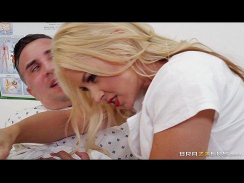 Asistenta Blonda Cu Sanii Mari Isi Vindeca Pacientu Prin Futai