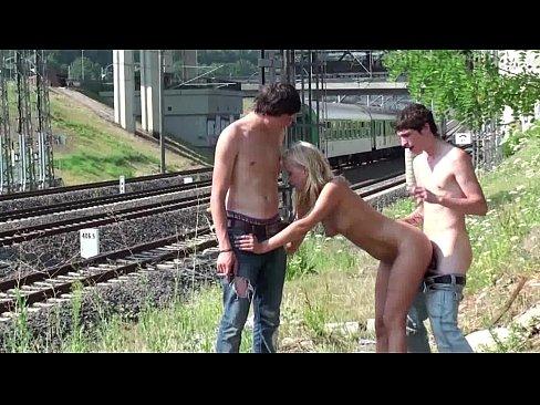 Novinha fazendo sexo com dois na linha do trem