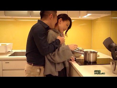 セレブな熟女妻は旦那の居ない時間に愛人を連れ込みキッチンでフェラやセ...