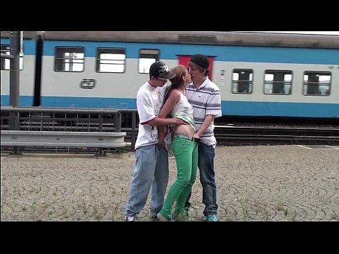 ยืนเย็ดกันข้างทางรถไฟเพราะว่าเงี่ยน