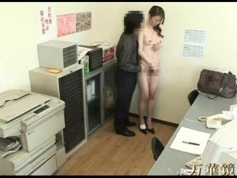 店長の言われるがまま着衣を脱衣させされ手マンでふんだんソルトしてしまう30代ドしろーと主婦