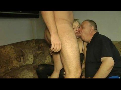 Vieux cocu suce la bite de l'amant de sa femme une salope blondasse mure