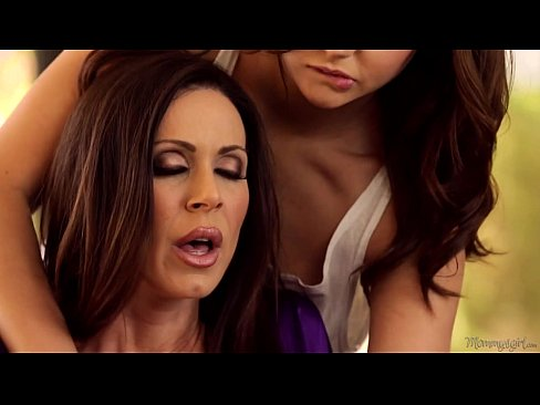 Ariana Lambendo A Buceta Da Mamãe