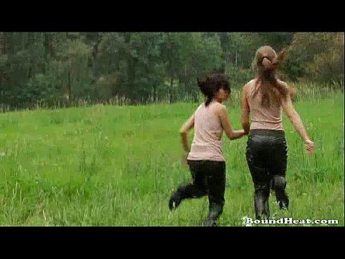 Duas Garotas Da Roça Descobrem Strapon E Brincam Uma Com A Outra