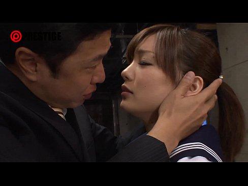 鈴村あいりちゃんが、アイマスクにボールギャグ首輪で性奴隷的な扱いをさ...