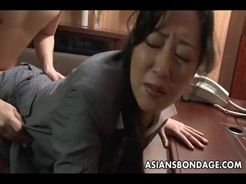 【無料エロ動画】美中年女性女子正社員が会社の後輩に濃いまんこペロペロ...
