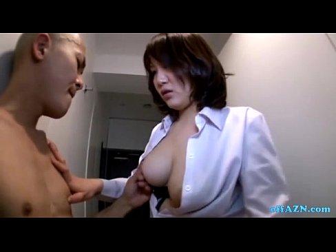 長身スレンダーボディの熟女OLが同僚の肉棒を高速手コキで責めあげ大量の精液を搾り取る…