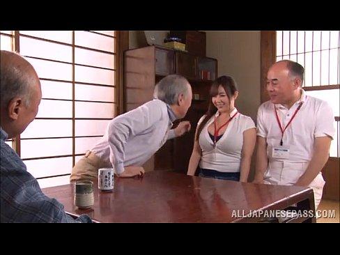 服がはち切れそうなムチムチ巨乳介護士が訪問先でおじいちゃん達に犯される...
