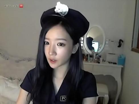 【お姉さん・美人】コスプレのミニスカポリスの動画。超ミニスカポリスコスプレのS級美女韓国人によるライブチャ…