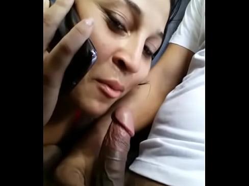 Vídeo de sacanagem namorada chupando o amante e ligando pro corno