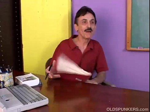Mustaciosul Face Sex Cu O Fata Tanara Cu Tatele Mari
