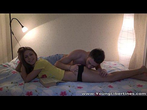 Videos de Sexo Porno novinha da chá de buceta no primo