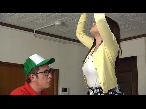 【千乃あずみ】ノーブラの奥さんにピザの宅配員が興奮しちゃっておっぱい鷲...