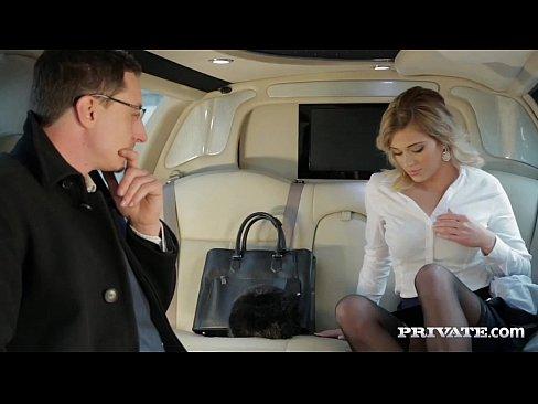 Ria Sunn é Arrebentada Atrás De Uma Limousine