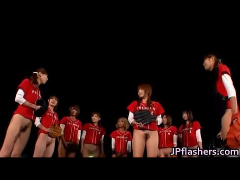 え、ノーパンで野球!?パンツを脱ぎ捨て人気女優たちがオマ○コまる出しで試合に挑む!